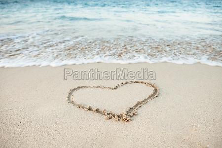 herzform in sand gezeichnet