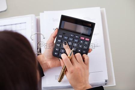 buchhalter berechnung steuer am schreibtisch