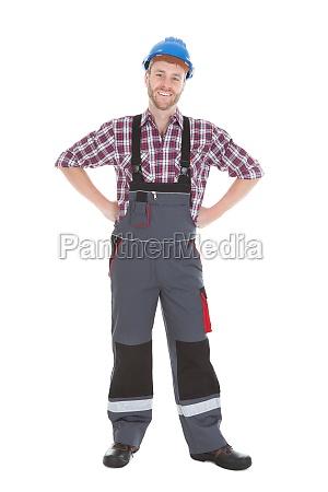trabajador manual de pie con las