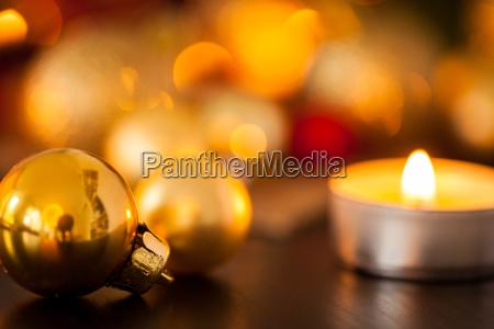 warme goldene und orangene weihnachtsdekoration mit
