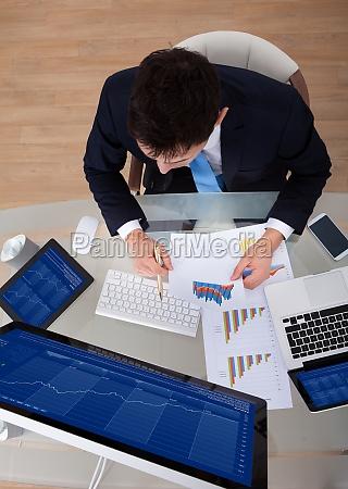 buero laptop notebook computer versicherung finanziell