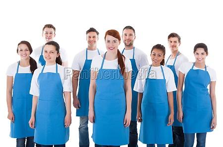 vielfaeltige gruppe professioneller reinigungskraefte