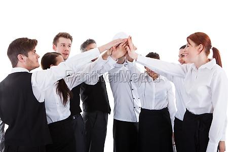 catering personal mit hohen fuenf gesten