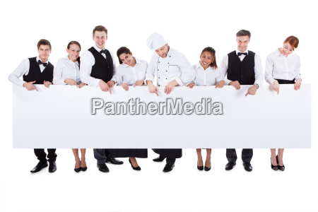 gruppe cateringpersonal eine leere fahne halten