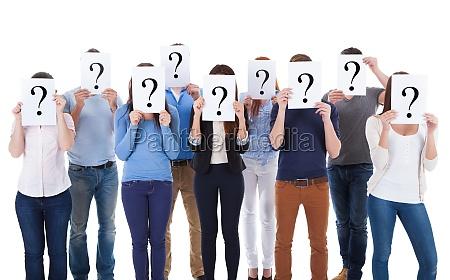 vielfaeltige gruppe von menschen die fragezeichen