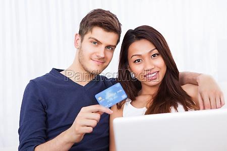 portrait paar online shopping zu hause
