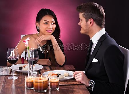 paare die mahlzeit in restaurant