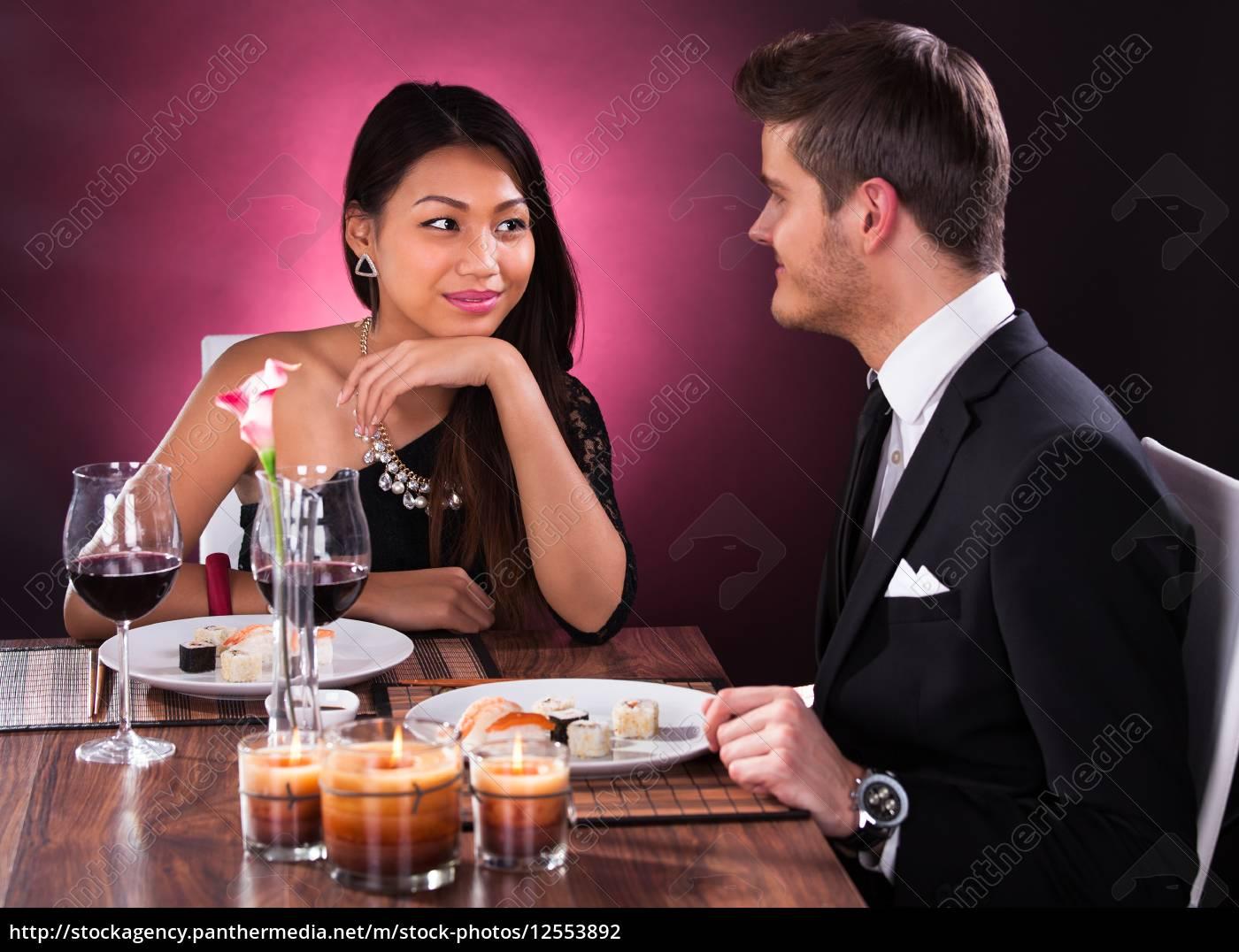 paare, die, mahlzeit, in, restaurant - 12553892
