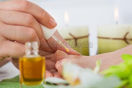 kosmetikerin anwendung nagellack frau