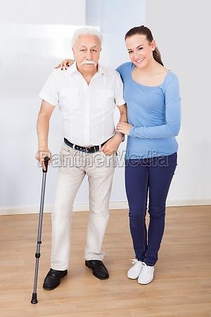 caregiver mit alter mann