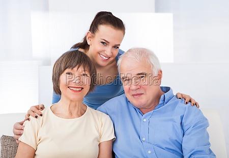 glueckliche aeltere paare mit caregiver