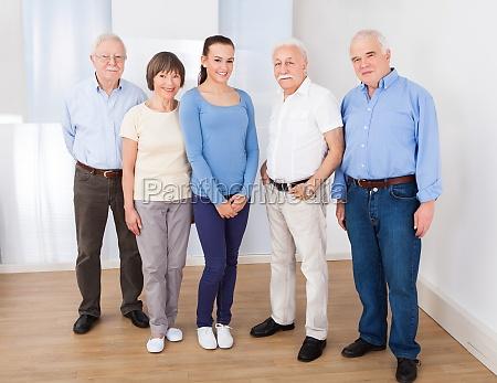 glueckliche caregiver mit aelteren menschen