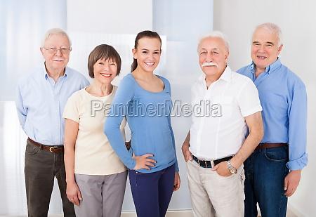 zuversichtlich caregiver mit aelteren menschen