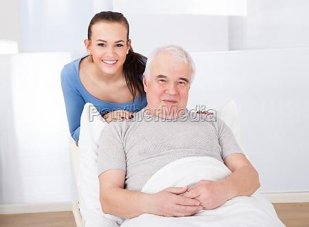 portrait des gluecklichen caregiver mit alter