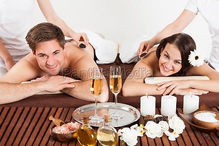 glueckliches paar empfaengt schulter massage am