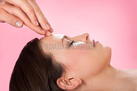 frau empfangen kopfmassage in spa