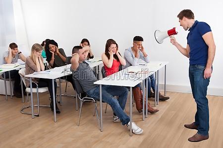 rufen lehrer durch megaphon auf university