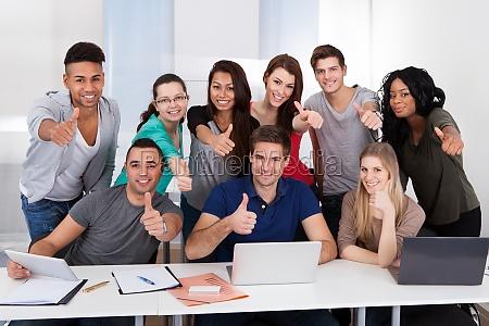 studenten die daumen in die laenge