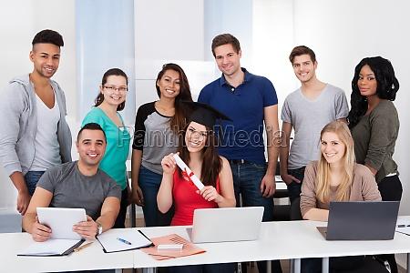 hochschulstudenten holding im klassenzimmer