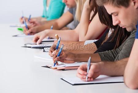 university students schreiben am schreibtisch