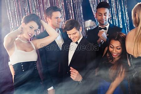 freunde tanzen im nachtclub