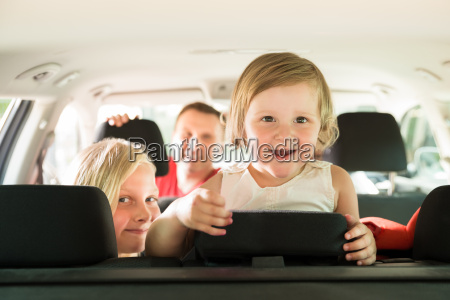tochter und ihre familie reisen mit