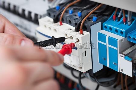 elektriker pruefungs fusebox mit multimeter probe