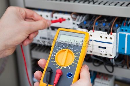 elektriker pruefungs fusebox mit resistance tester