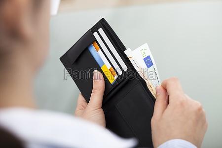 wirtschaftler mit offenen wallet
