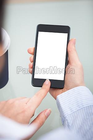 unternehmer hand am blank screen handy