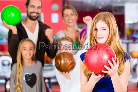 familie im bowling center