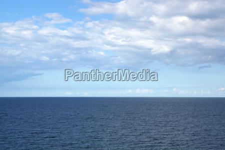 ozean mit blauen himmel und sommer