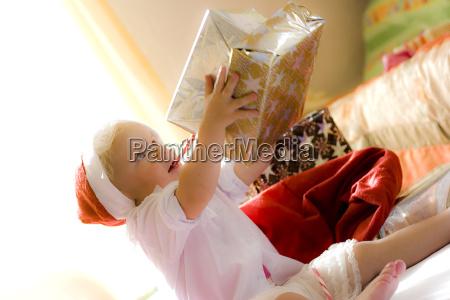 weihnachts kind schenkt