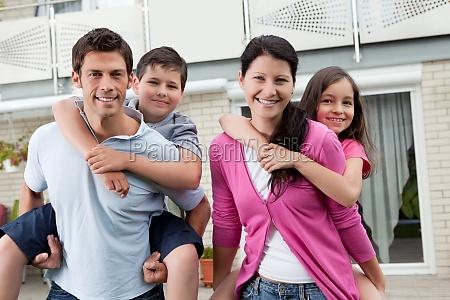 schoene junge familie zusammen