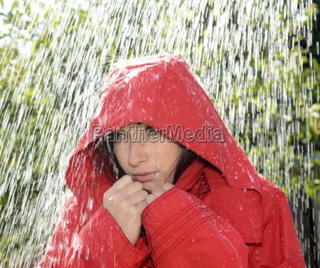frau mit kapuze im regen