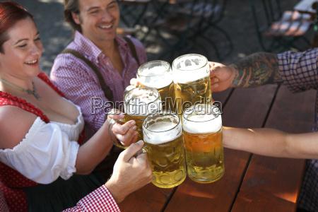 menschen die bier trinken in einem