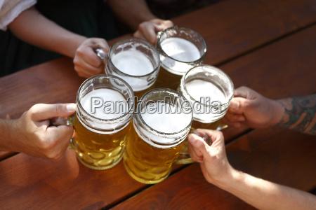 bier der leute in einem traditionell