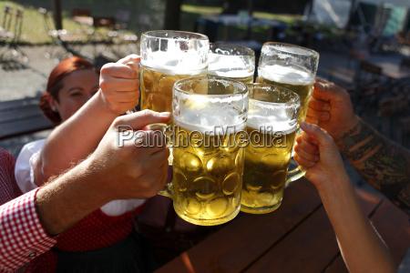 leute die bier in einem traditionellen