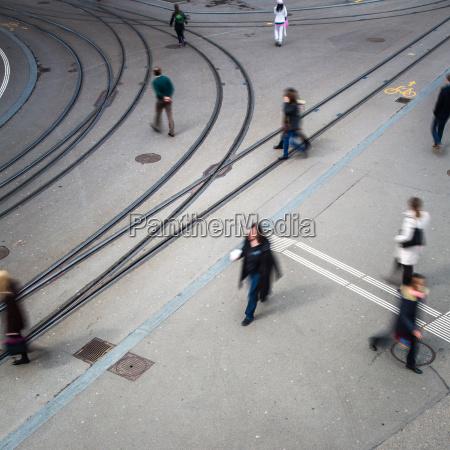 stadtverkehrskonzept-stadtstraße, mit, einer, bewegungsunscharfen, menschenmenge, die, eine - 12595896