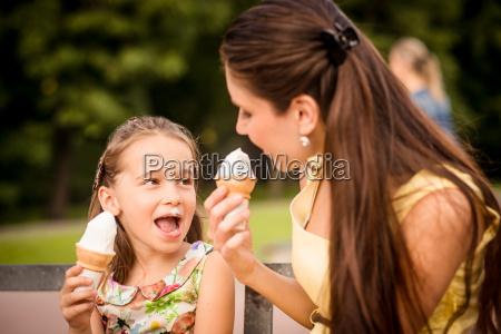 mutter und kind geniessen eis