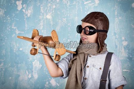lachender junge beim spielen flugzeug