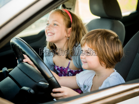 kinder fahren auto