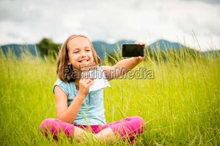 selfie kind mit schokolade
