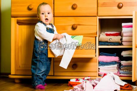 hausarbeit baby wirft kleidung