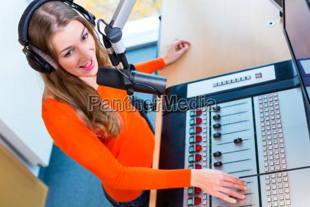radiomoderatorin in radiosender auf sendung