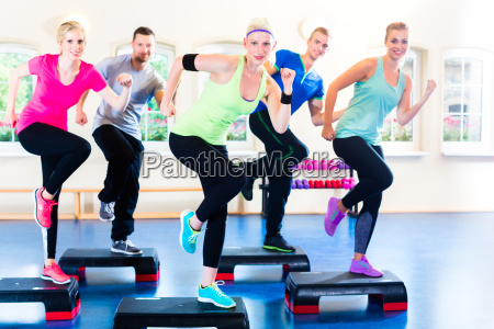 gruppe bei step training in fitnessstudio
