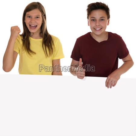 lachende kinder mit leerem plakat und