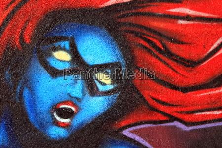 weiblich kuenstlerischen graffiti an einer wand
