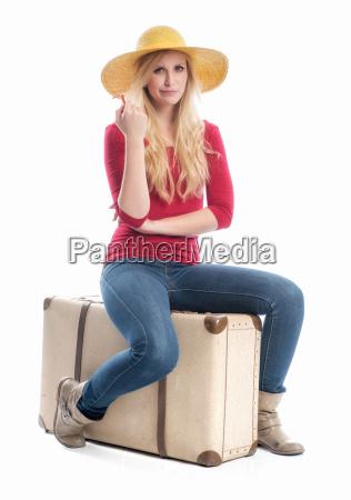 frau, sitzt, auf, reisekoffer - 12624982