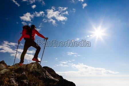 wanderer auf dem gipfel eines berges